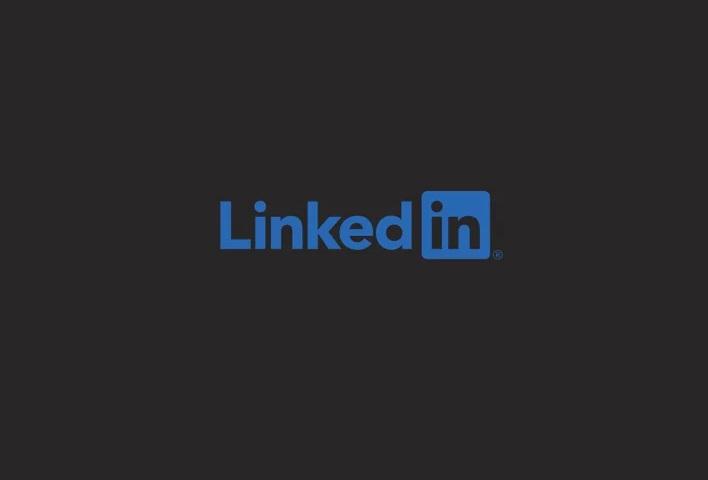 Après Snapchat, LinkedIn teste le mode sombre !